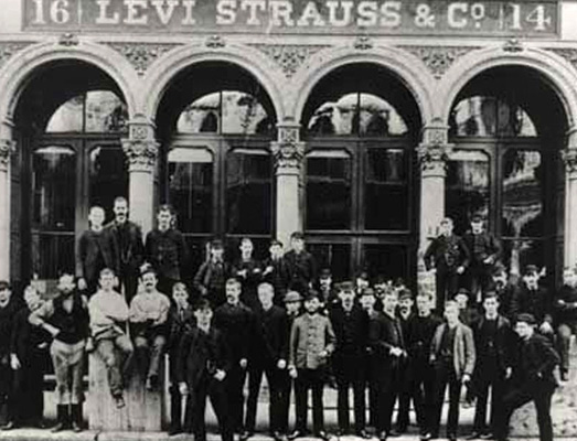 Photo de groupe prise devant les locaux de Levi Strauss & Co, 14-16 Battery Street, San Franscico
